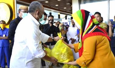 RH Didampingi  Ketua Tim Penggerak PKK, Menyerahkan Bantuan di Bandara Djalaludin
