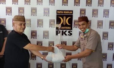 Wujud Donasi 30 Persen Gaji, Adnan Bagi Sembako di Kota Gorontalo