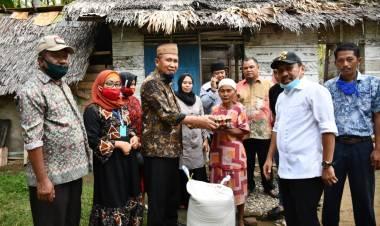 Rumah Warga Tertimpah Pohon Kelapa, Pemkab Boalemo Salurkan Bantuan