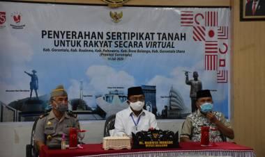 Melalui Video Conference, Bupati Darwis Menerima Penyerahan Sertifikat Tanah