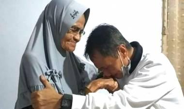 Usai Mendengarkan Pleno KPU, Nelson Pomalingo Langsung Menemui Sang Ibu
