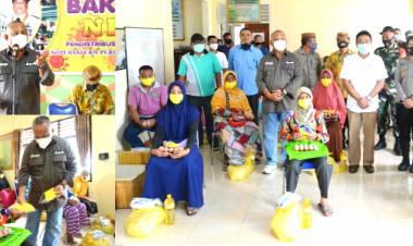 Gubernur Rusli Habibie didampingi Plt. Bupati Kabupaten Gorontalo Serahkan Bantuan Pangan Bersubsidi