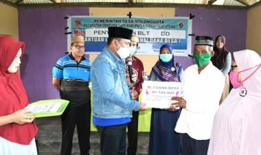 Ridwan Yasin Serahkankan BLT Pada 25 KPM di Desa Molonggota