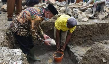 Lakukan Peletakan Batu Pertama Mesjid Darul Fallah, Anas Sumbang Uang 5 Juta