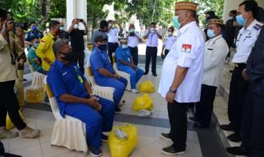 Gubernur Gorontalo Serahkan Bantuan Untuk Buruh Pelabuhan dan Porter Bandara