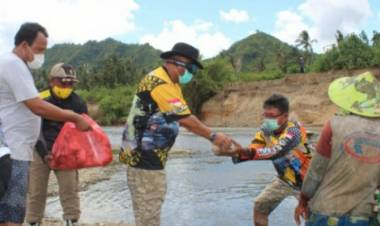 Penambang Pasir Sungai Bulango Terima Makanan dan Masker