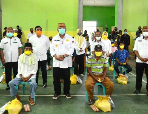 RH Serahkam 1000 Paket Bantuan Pangan Bersubsidi Pada Masyarakat Asparaga