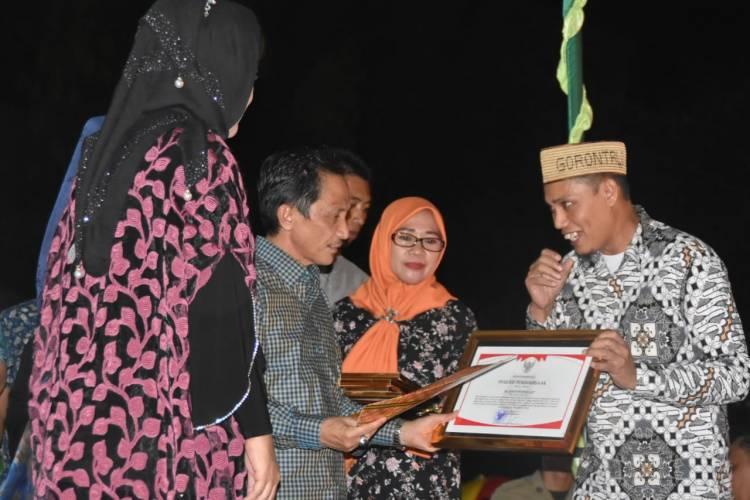 Sang Guru Besar Memberi  Reward Yayasan Tinelo Lipu
