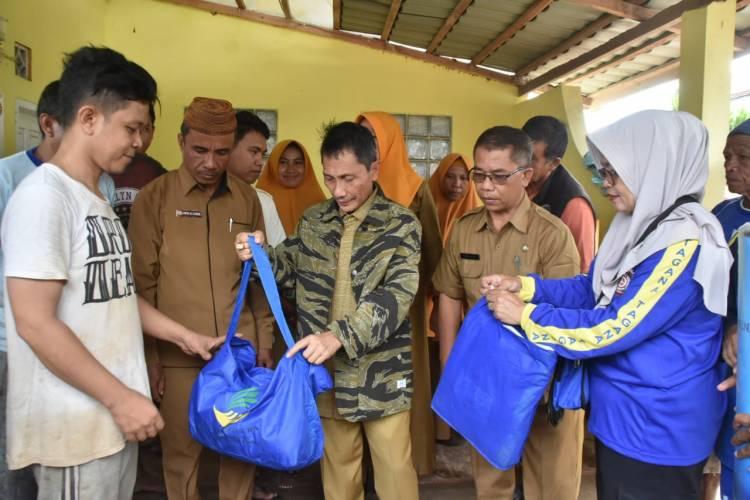 Bupati Kabupaten Gorontalo Prof Nelson Pomalingo Serahkan Bantuan Banjir