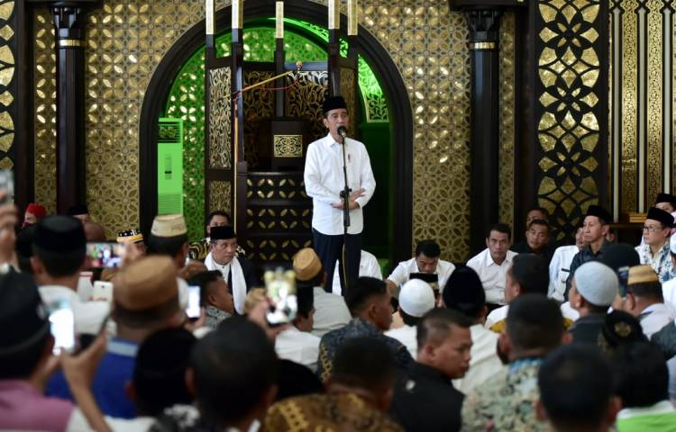 Presiden Jokowi Serahkan 34 Sertifikat Tanah Wakaf di Gorontalo