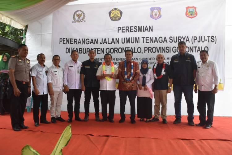 Anggota Komisi VII DPR-RI Fadel Muhammad Hadiri Peresmian Penerangan Jalan Umum Tenaga Surya