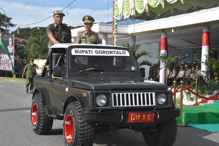 Pemeriksaan Barisan Oleh Ispektur Upacara Bupati Nelson Pomalingo