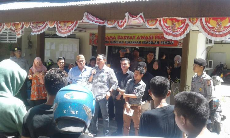 Katua Bawaslu Kabupaten Gorontalo Ajak Pendemo Awasi Proses Sedang Berjalan Secara Bersama Tanpa Intervensi
