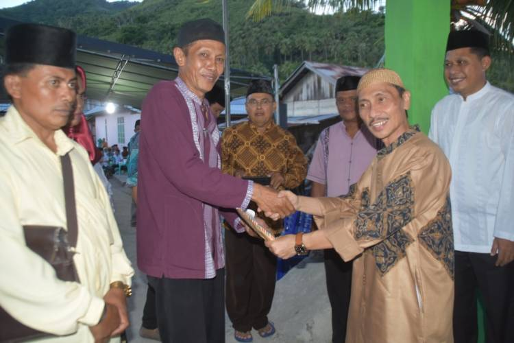 Bupati Nelson Pomalingo Beri Bantuan Di  54 Masjid Di Rayon Batudaa Saat Putaran Akhir Safari Ramadhan