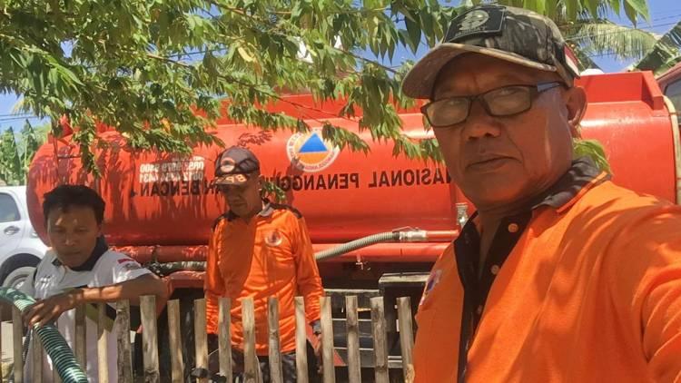 Tak Kenal Lelah, Sofyan Entengo Dan Suharto Ali Staf Dinas BPBD  Terus Suplai Air Bersih  Pada Masyarakat