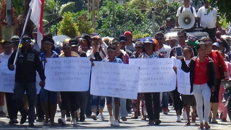 Ratusan orang Demo di Kantor Bupati dan DPRD Talaud, ada apa?