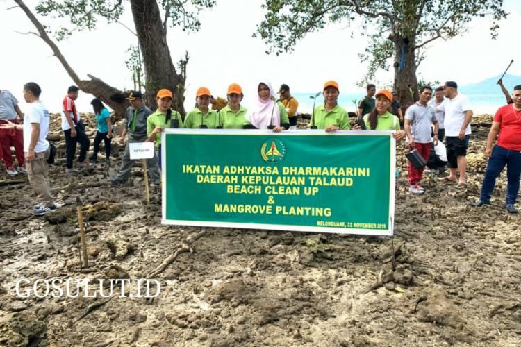 Bersih Pantai Dan Tanam Mangrove Wujud Kepedulian Ikatan Adhyaksa Dharmakarini di Pantai Melongune