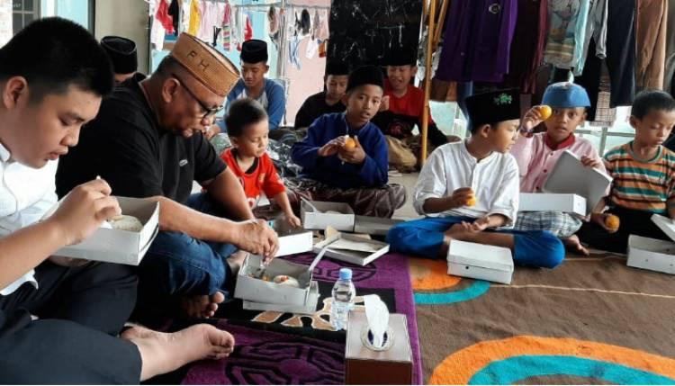 Gubernur Gorontalo, Rusli Habibie Menikmati Hari Bahagia Bersama Anak Yatim
