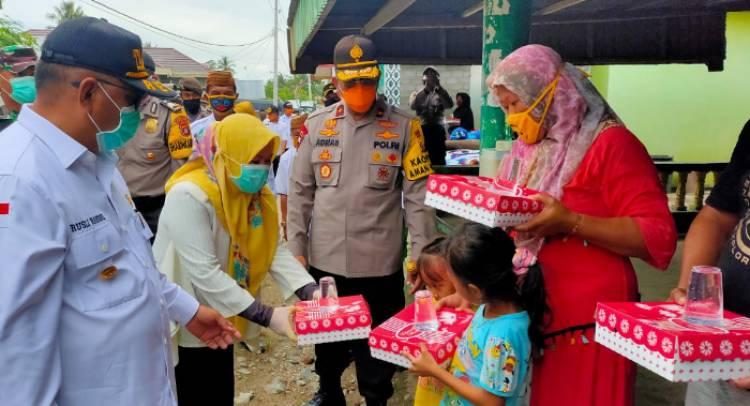 """""""Bersama Kapolda dan Bupati Gorontalo"""" Gubernur RH Ditemani  Istri Mengantarkan Nasi Kotak Disetiap Rumah"""