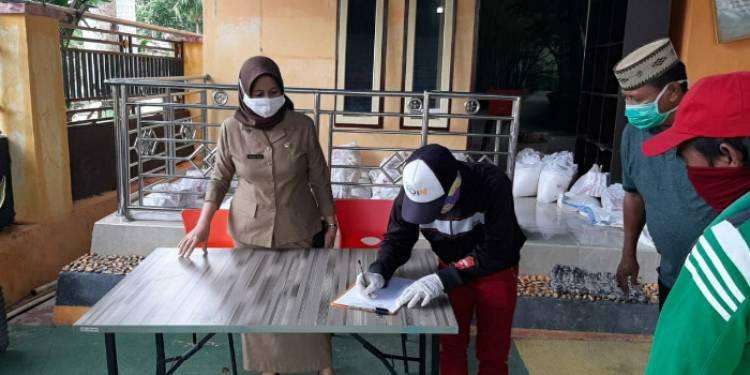 Hadijah U. Tayeb Serahkan Bantuan Sembako Bagi Masyarakat Dampak Covid-19