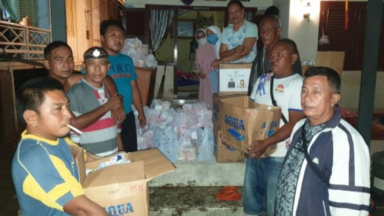 Sahabat Fadel Muhammad Bagikan Makanan Siap Saji Ke Korban Banjir