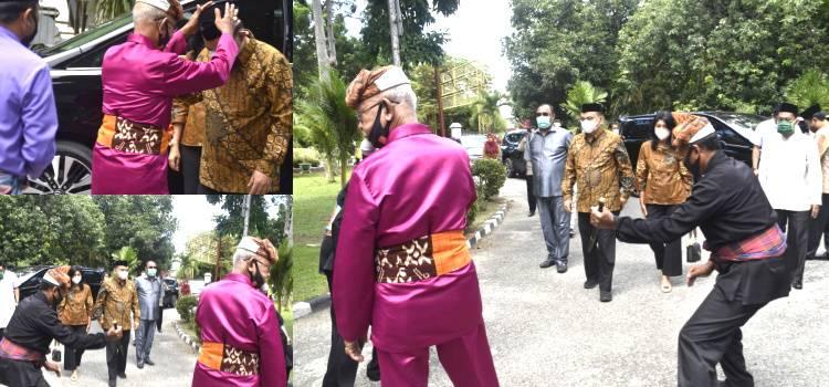Disambut Dengan Adat Mopotilolo Wamendes Budi Arie Setiadi Terkesima Dan Memuji Gorontalo