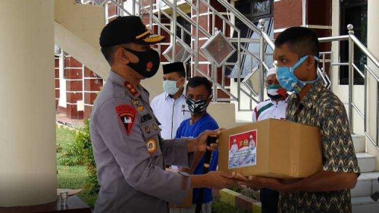 Kapolda Gorontalo dan Danrem Salurkan Bantuan Sembako Kepada Warga Kurang Mampu dan Aparat