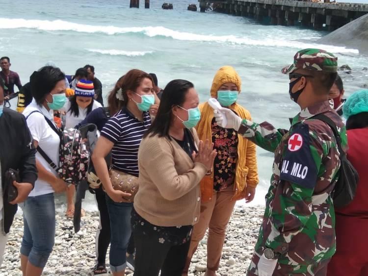 Cuaca Buruk, Anggota TNI AL di Miangas Bantu Turunkan Penumpang Kapal Tol Laut