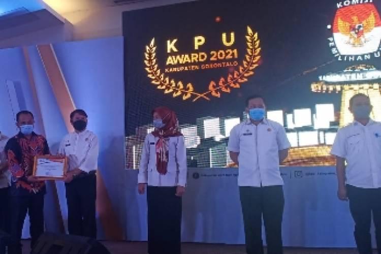 Sukses Pelaksanaan Pilkada Kabgor, KPU Berikan Award Kepada Mitra Kerja