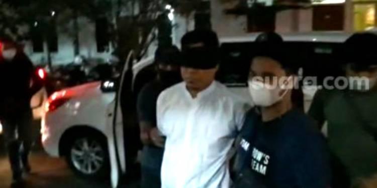"""""""Pengacara HRS Ditangkap"""", Mata Ditutup Kain Hitam dan Tangan Diborgol"""
