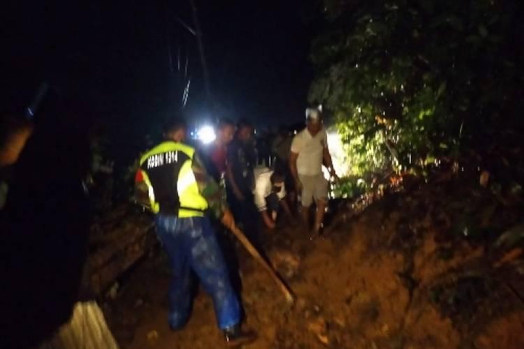 Babinsa Tibawa Sigap Bersihkan Jalan Trans Sulawesi yang Tertutup Longsor