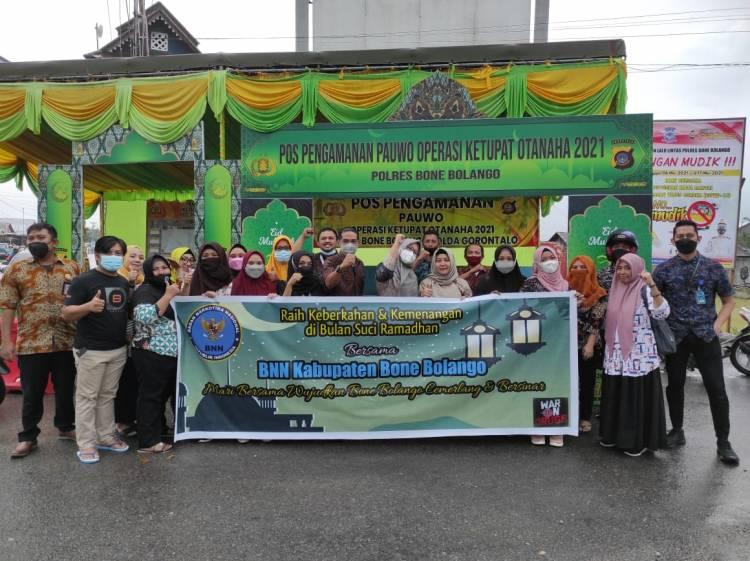 Raih Berkah Ramadhan, BNNK Bone Bolango Berbagi Takjil
