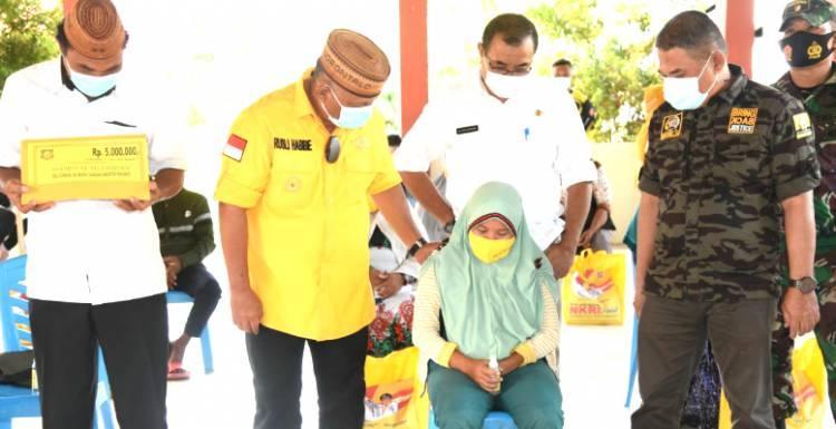 Gubernur Gorontalo Serahkan Bantuan Untuk Rakyat Pohuwato