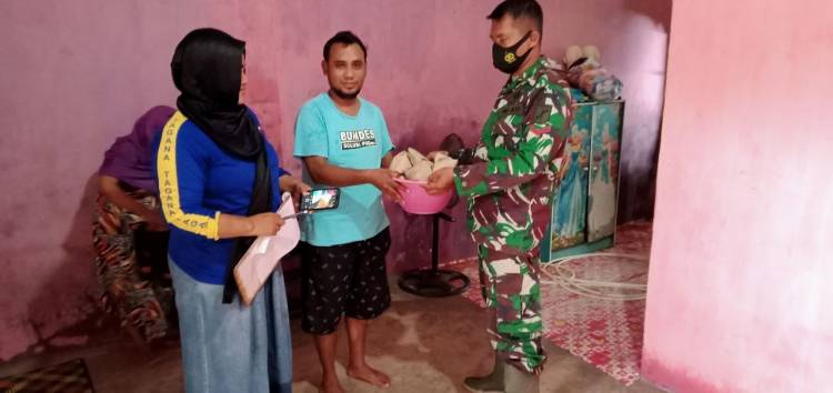 Tanggap Korban Banjir, Babinsa Koramil Marisa Distribusikan Makanan dan Bersihkan Rumah Warga Yang Terendam